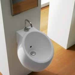Компактна бяла порцеланова мивка наподобяваща формата на биде